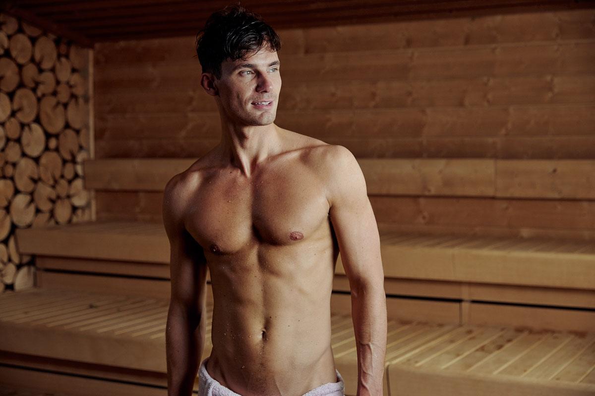Mann i sauna