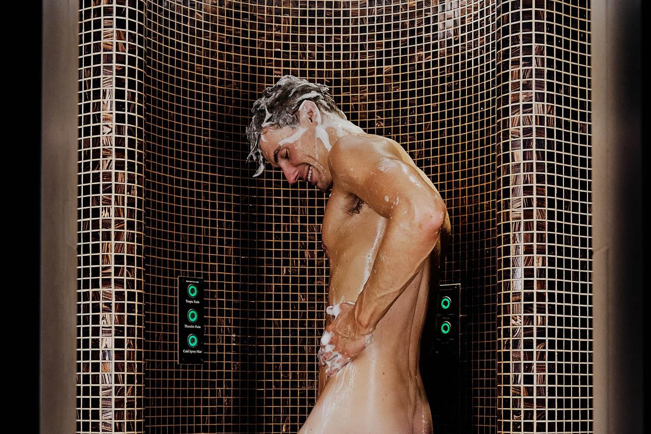 Mann som dusjer