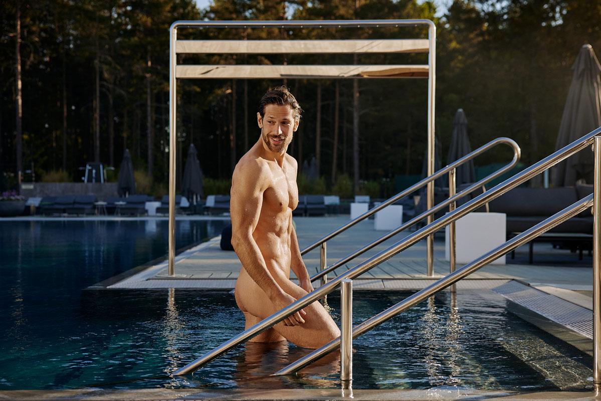 Mann i basseng