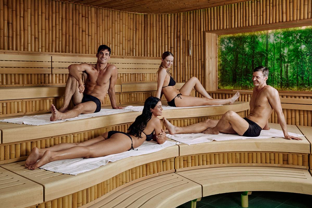 Mennesker i sauna med badetøy