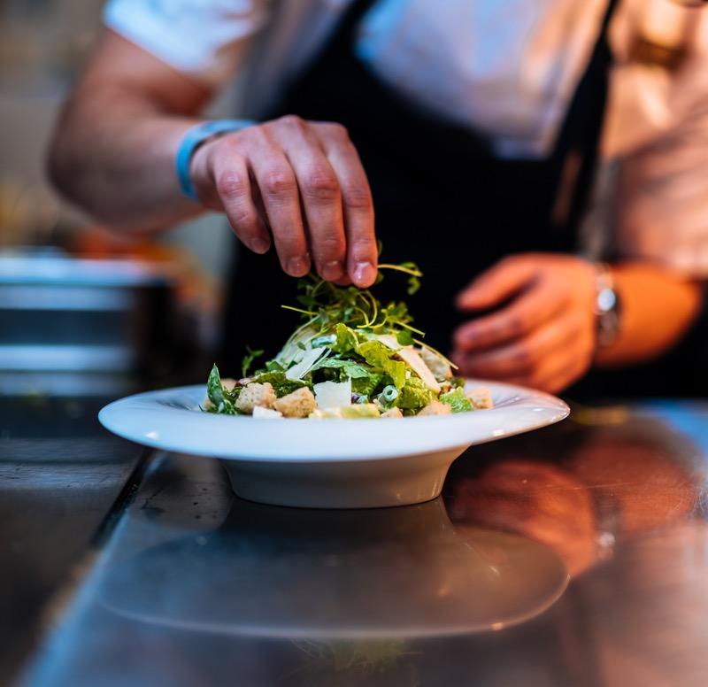 Kokk tilbereder salat